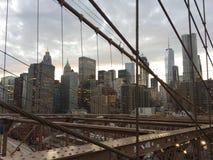 Opinión del horizonte de Manhattan del puente del brookyn en la puesta del sol fotografía de archivo libre de regalías