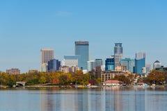 Opinión del horizonte de Minneapolis del lago Calhoun Fotos de archivo