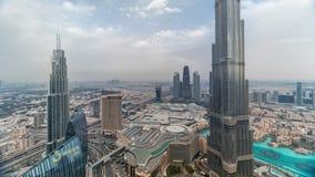 Opinión del horizonte de Paniramic del centro de la ciudad de Dubai con la alameda, las fuentes y el timelapse aéreo de Burj Khal almacen de metraje de vídeo