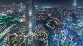 Opinión del horizonte de Paniramic del centro de la ciudad de Dubai con la alameda, las fuentes y el timelapse aéreo de la noche  almacen de metraje de vídeo