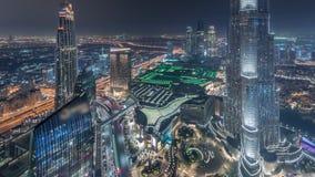 Opinión del horizonte de Paniramic del centro de la ciudad de Dubai con la alameda, las fuentes y el timelapse aéreo de la noche  almacen de video