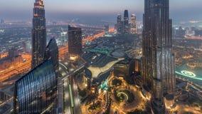 Opinión del horizonte de Paniramic del centro de la ciudad de Dubai con la alameda, las fuentes y la noche aérea de Burj Khalifa  almacen de metraje de vídeo