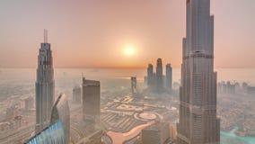 Opinión del horizonte de Paniramic del centro de la ciudad de Dubai durante salida del sol con la alameda, las fuentes y el timel metrajes