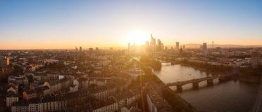 Opinión del horizonte en la puesta del sol de Frankfurt-am-Main, Alemania Foto de archivo