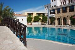 Opinión del hotel de Chipre sobre piscina y el edificio central fotos de archivo