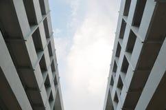 opinión del Inferior-ángulo de un edificio comercial alto Foto de archivo