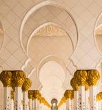 Opinión del infinito de los pilares florales flanqueados de la hoja de oro de Sheikh Zayed Grand Mosque en Abu Dhabi, UAE Fotos de archivo