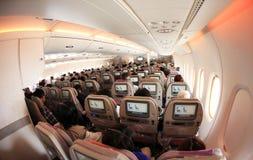 Opinión del interior de los aeroplanos del jet de la línea aérea de los emiratos Imágenes de archivo libres de regalías