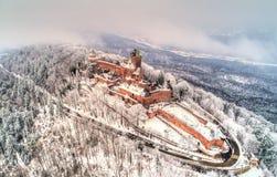 Opinión del invierno del castillo francés du Haut-Koenigsbourg en las montañas de los Vosgos Alsacia, Francia imágenes de archivo libres de regalías