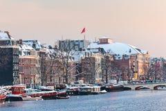 Opinión del invierno de Amsterdam con el río Amstel en frente Foto de archivo libre de regalías