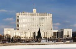 Opinión del invierno de la casa blanca del gobierno de la Rusia Imágenes de archivo libres de regalías