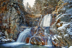 Opinión del invierno de la cascada de Popina Luka cerca de la ciudad de Sandanski, montaña de Pirin Imagenes de archivo