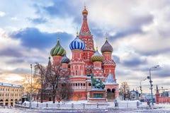 Opinión del invierno de la catedral del ` s de la albahaca del St en Moscú foto de archivo