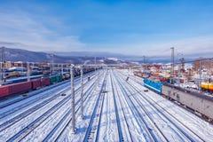 Opinión del invierno de la estación de Sludanka Ferrocarril del siberiano del transporte fotos de archivo