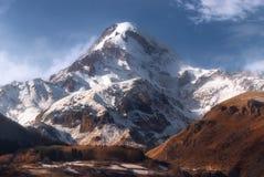 Opinión del invierno de la montaña de Kazbek en Georgia Fotos de archivo libres de regalías