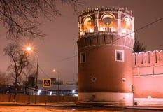 Opinión del invierno de la noche al bastión y a la pared del monasterio de Donskoy en Moscú, Rusia foto de archivo
