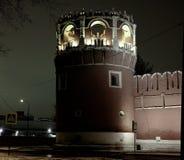 Opinión del invierno de la noche al bastión y a la pared del monasterio de Donskoy en Moscú, Rusia foto de archivo libre de regalías
