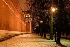 Opinión del invierno de la noche al bastión y a la pared del monasterio de Donskoy, Moscú en Rusia fotografía de archivo libre de regalías