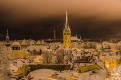 Opinión del invierno de la noche de la catedral de Oleviste y del viejo cerco de la ciudad Imagen de archivo