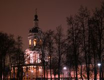 Opinión del invierno de la noche a las puertas y al belltower occidentales del monasterio de Donskoy en Moscú, Rusia fotos de archivo libres de regalías