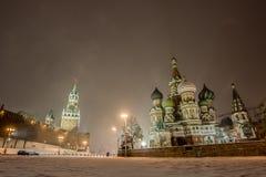 Opinión del invierno de la noche del panorama de la Plaza Roja en nieve en Moscú Fotos de archivo libres de regalías