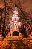 Opinión del invierno de la noche a la puerta y a la iglesia septentrionales de Tikhvin del monasterio de Donskoy en Moscú, Rusia imagen de archivo