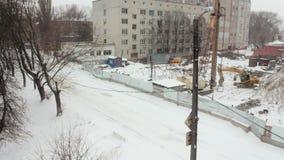Opinión del invierno del emplazamiento de la obra, la nieve que cae almacen de metraje de vídeo