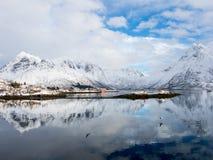 Opinión del invierno del fiordo de Austnes, islas de Lofoten, Noruega Imágenes de archivo libres de regalías