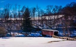 Opinión del invierno del puente cubierto de la fragua blanca de la roca en Lancaster Coun foto de archivo