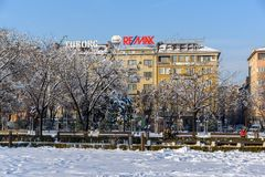 Opinión del invierno gente que camina en parque delante del palacio nacional de la cultura en Sofía, Bulga Fotos de archivo libres de regalías