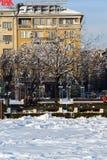 Opinión del invierno gente que camina en parque delante del palacio nacional de la cultura en Sofía, Bulga Foto de archivo libre de regalías
