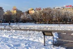 Opinión del invierno gente que camina en parque delante del palacio nacional de la cultura en Sofía, Bulga Fotos de archivo