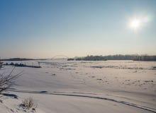 Opinión del invierno del río Obi y del puente de Bugrinsky en Novosibirsk, Rusia imagenes de archivo