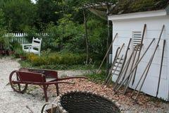 Opinión del jardín con las herramientas Foto de archivo libre de regalías