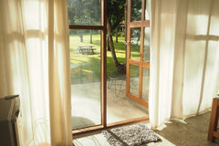 Opinión del jardín a través de la puerta Imagen de archivo libre de regalías