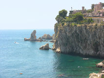 Opinión del lado derecho de la playa de Taormina Isola Bella fotos de archivo libres de regalías