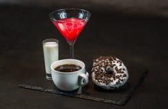 Opinión del lado derecho sobre una bebida cosmopolita un vidrio de la decoración de martini Fotos de archivo