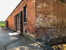 Opinión del lado y de ángulo del molino viejo foto de archivo