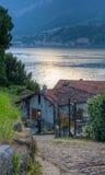 Opinión del lago abajo al lago Como en Italia Imagen de archivo libre de regalías