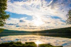 Opinión del lago cerca en el NH fotografía de archivo