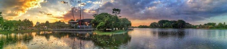 Opinión del lago Cyberjaya durante puesta del sol fotografía de archivo