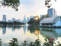 Opinión del lago en ciudad Imagenes de archivo