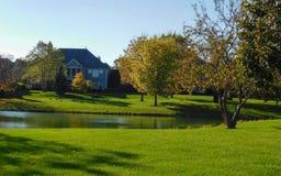 Opinión del lago en el suburbio reservado imagen de archivo