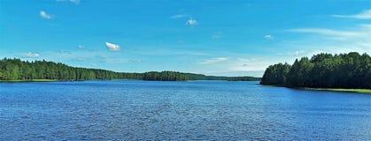Opinión del lago en Finlandia foto de archivo
