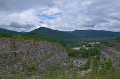 Opinión del lago entre las rocas Verano día nublado Imagen realista Foto de archivo libre de regalías