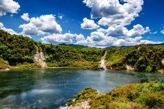 Opinión del lago frying pan con vapor en parque volcánico del valle de Waimangu en Rotorua imagenes de archivo
