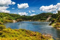 Opinión del lago frying pan con vapor en parque volcánico del valle de Waimangu en Rotorua fotografía de archivo