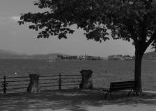 Opinión del lago Majourie Italia del lago blanco y negro Foto de archivo