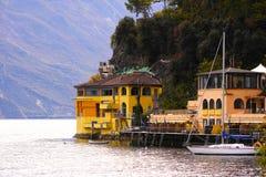 Opinión del lago mountain, yate, muelle Fotografía de archivo libre de regalías