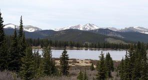 Opinión del lago mountains rocosas Fotos de archivo libres de regalías